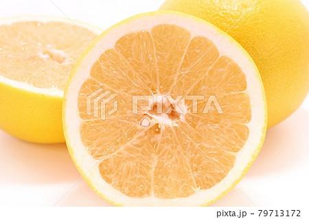 グレープフルーツ カット 断面 黄色 明るい背景 79713172