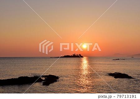 日和山海岸の朝日 79713191