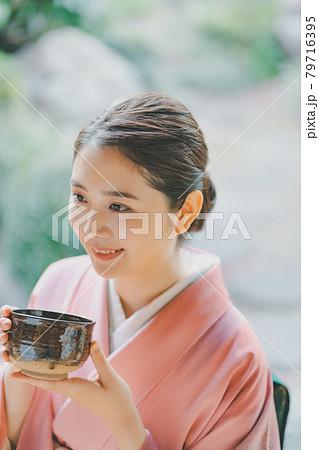 抹茶を飲む着物姿の20代女性 79716395