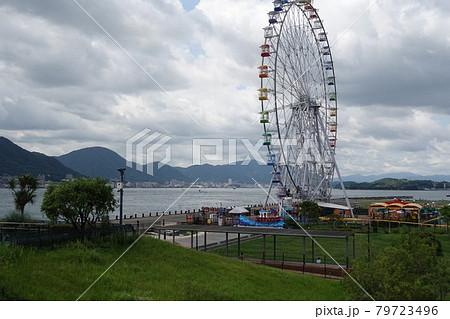 しものせき水族館前の風景 関門海峡と高所観覧車 79723496