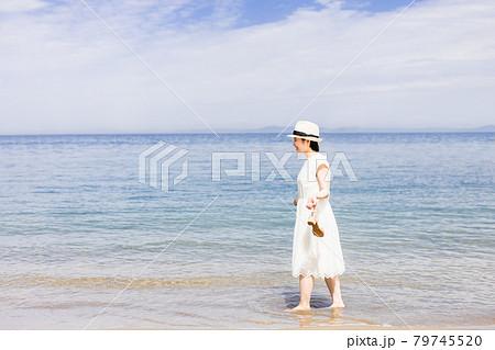 女子旅で海を観光する若い女性 79745520