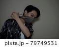 マスクをした男性 79749531