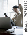 自宅で仕事をする男性 79749539