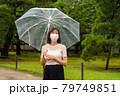 雨の中マスクをしている女性 79749851