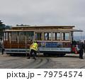サンフランシスコのケーブルカーの方向転回 79754574