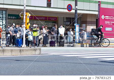 新宿駅 銀行 南口 横断歩道 午前 歓楽街 明るい 都心 サラリーマン 観光客 79783125