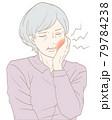 虫歯の高齢女性(パステルカラー) 79784238