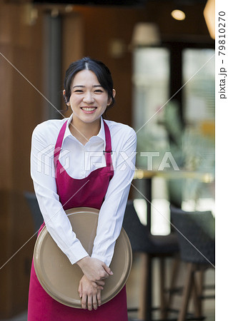飲食店で働く若い女性 79810270