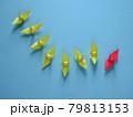 7羽の黄色い折り鶴を引き連れる赤い折り鶴 79813153