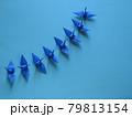 上昇線を描く8羽の青い折り鶴 79813154