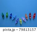 下降線から上昇線を描くカラフルな折り鶴のグループ 79813157