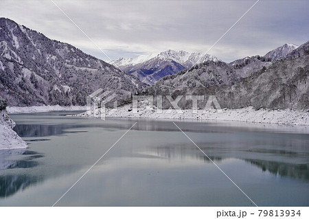 冬の黒部ダム天端からの赤牛岳と水晶岳 79813934