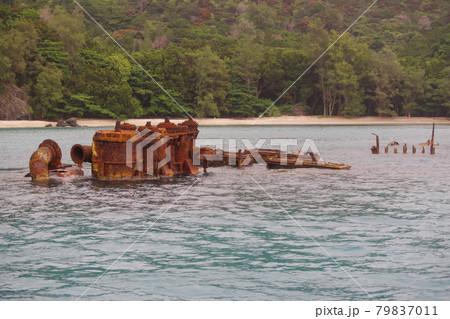 小笠原諸島に残る戦跡 父島の境浦海岸に沈んだ貨物船濱江丸 79837011