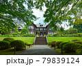 旧古河庭園の洋館と若葉に新緑 モミジ 79839124