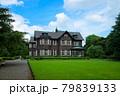 旧古河庭園の洋館と若葉に新緑 青空 79839133
