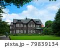 旧古河庭園の洋館と若葉に新緑 青空 79839134