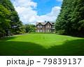 旧古河庭園の洋館と若葉に新緑 青空 79839137