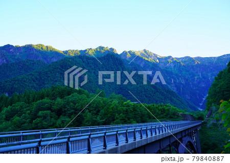 梅雨明けした夏空の北アルプス大橋 79840887