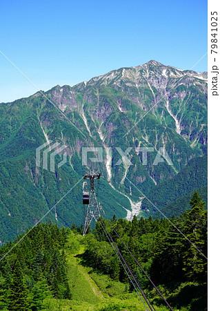 梅雨明けした夏空の新穂高ロープウェイと笠ヶ岳 79841025