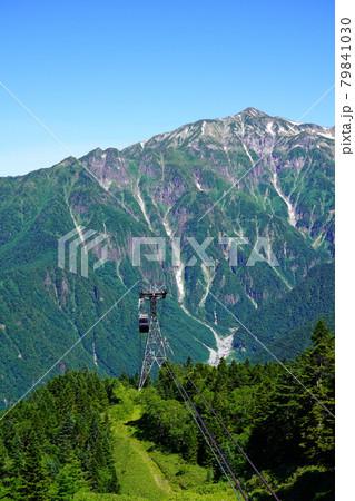 梅雨明けした夏空の新穂高ロープウェイと笠ヶ岳 79841030