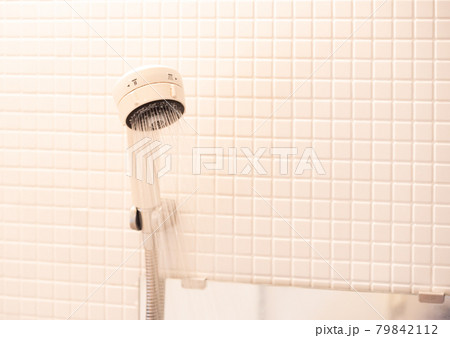 白いタイルの浴室のシャワーヘッド 79842112