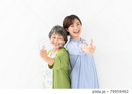 シニア女性 若い女性 笑顔 サムズアップ 79956462