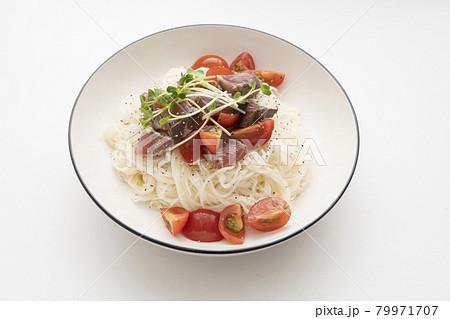鰹のたたきとプチトマトを乗せたアレンジ素麺 79971707