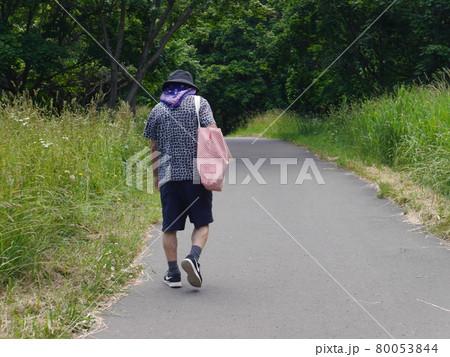 緑豊かな道を散歩する六十代男性(後ろ姿) 80053844