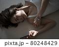 寝そべる女性のポートレート 80248429