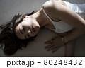 寝そべる女性のポートレート 80248432