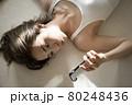 寝そべる女性のポートレート 80248436