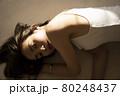 寝そべる女性のポートレート 80248437
