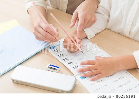 鉛筆の持ち方を教わる子供 80256191
