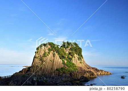 朝の越前海岸鉾島 80258790