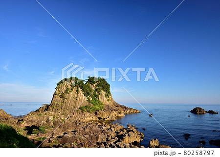 朝の越前海岸鉾島 80258797