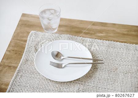 冷たいお水と皿の上のフォークとスプーン 80267627