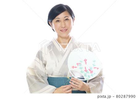 夏の着物を着てうちわを持つ中年女性 80287990