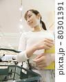 スーパーを買い物をする若い女性 買い物イメージ 80301391