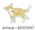 後ろ足を気にする犬 80325097