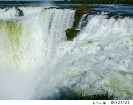 アルゼンチン・ブラジル国境エリアのイグアスの滝にてハイライトの悪魔の喉笛 80328521