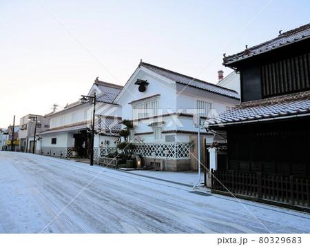 冬の朝の酒蔵通り (広島県東広島市西条町) 80329683
