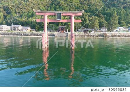 雨量が少ない梅雨の白鬚神社湖中鳥居 80346085