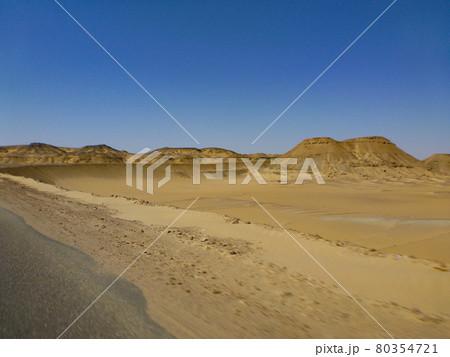 エジプト・バフレイヤ地方の車窓から眺める砂漠地帯の様子 80354721
