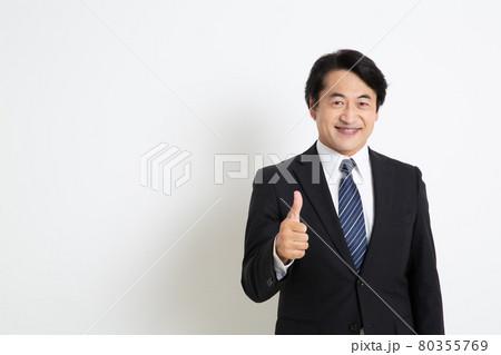 親指を立てている笑顔の中年サラリーマン男性 80355769