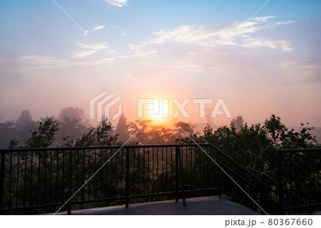 霧で幻想的に輝く夕日(新潟県小千谷市山本山高原山頂展望台より) 80367660