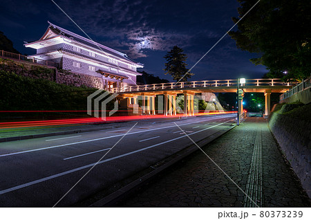 ライトアップされた鼠多門と鼠多門橋/石川県金沢市 80373239
