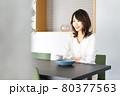 カフェでコーヒーを飲む若い女性 80377563