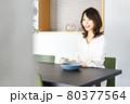 カフェでコーヒーを飲む若い女性 80377564