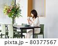 カフェでコーヒーを飲む若い女性 80377567