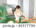 腕にクリームを塗る若い女性 80377790